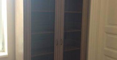 vitrina-lemn-masiv-si-MDF-grej-si-sticla